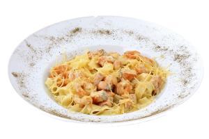 Паста с форелью и креветками в сливочном соусе